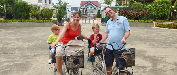 met kinderen op de fiets door bangkok