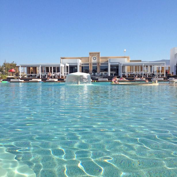 Pelagos, uitzicht over het zwembad op het restaurant