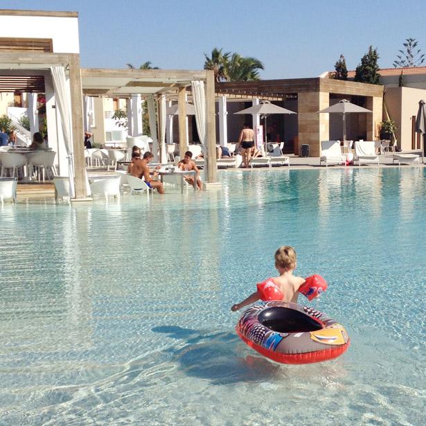 Pelagos, zwembad met uitzicht op bar