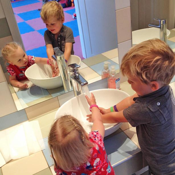 Kleine toiletten en wastafels voor de kids
