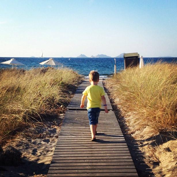 Kijkje nemen op het strand van Pelagos suites