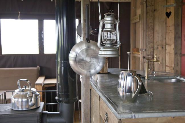 Logeren bij betere boerenbed - interieur van boerentent