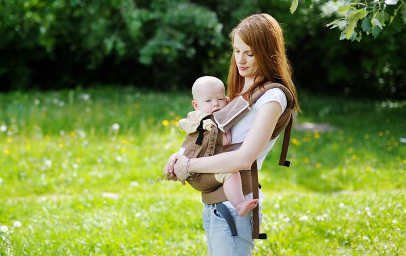 8 voordelen van je kindje dragen in een draagzak of -doek