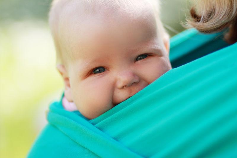 8 voordelen van je kindje dragen in een draagzak of -doek - AllinMam.com