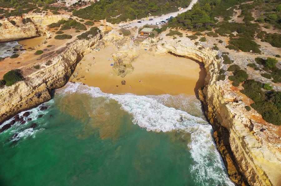 Praia de Albandeira; verborgen juweeltje aan de Algarve - AllinMam.com