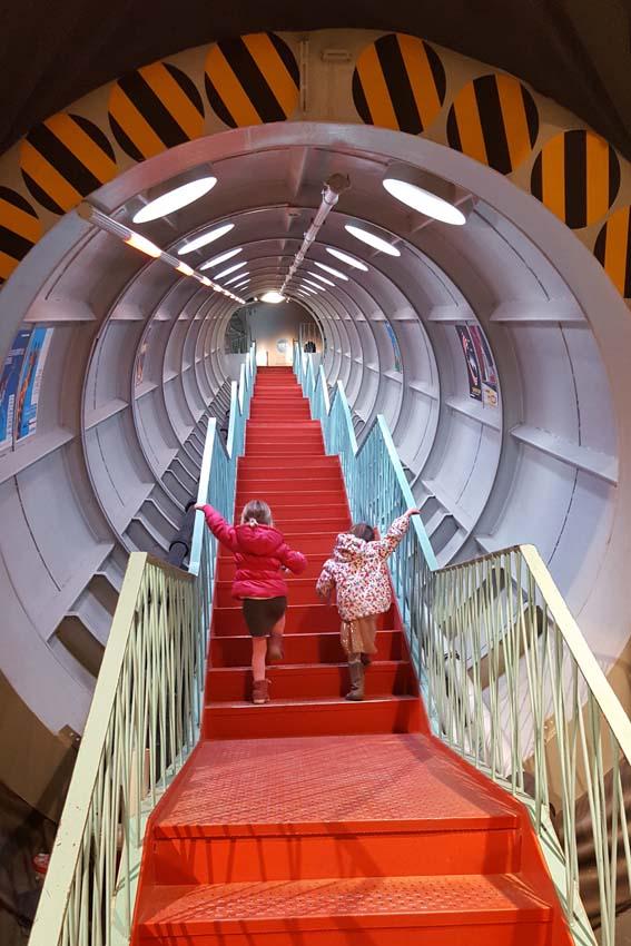 Brussel stedentrip met kind Atomium binnenkant trappen - AllinMam.com
