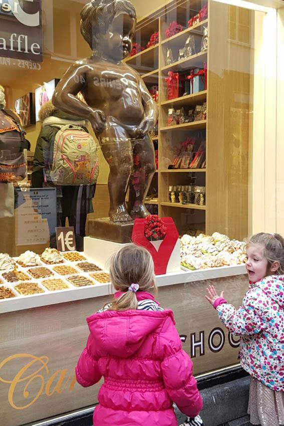 Brussel stedentrip met kinderen manneken pis van chocolade - AllinMam.com