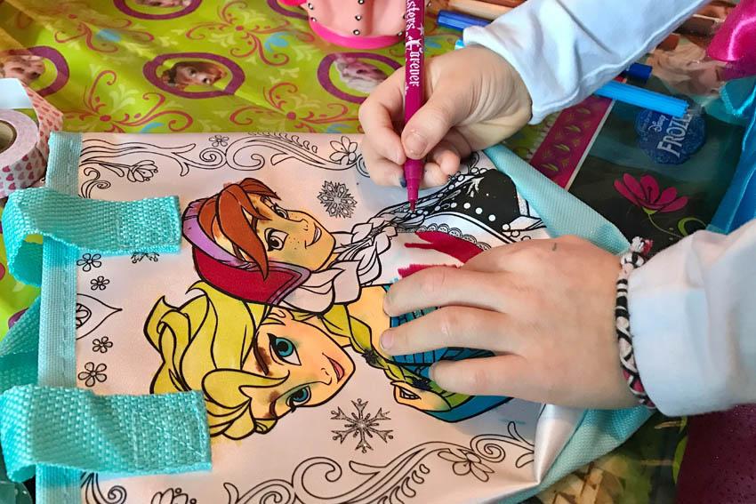 frozen feestje vieren Elsa en Anna tasje inkleuren - AllinMam.com
