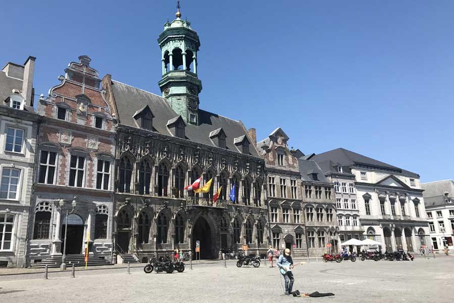 Het stadhuis van Mons (Bergen) op de Grote Markt - AllinMam.com