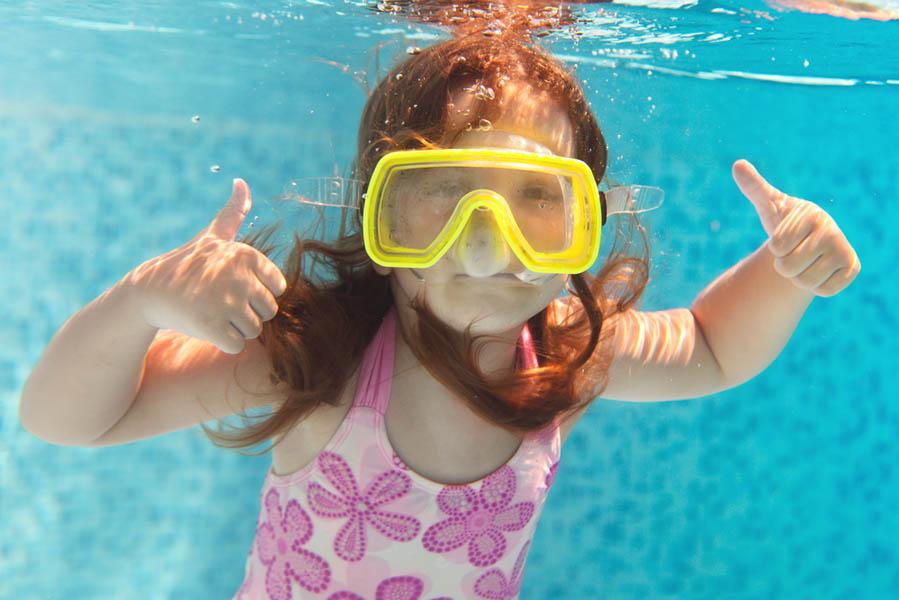 los haar in zwembad gevaarlijk - AllinMam.com
