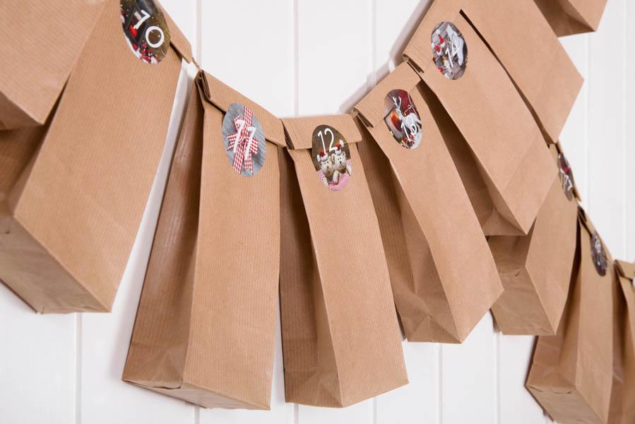 Adventskalender met papieren zakjes aan koord - AllinMam.com