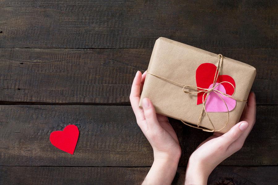 Valentijnsdag cadeau geven - 10 valentijnsdag ideeën voor als je al langer bij elkaar bent - AllinMam.com