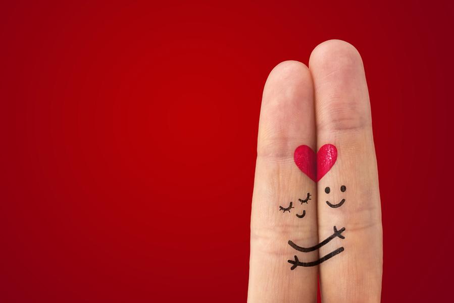Valentijnsdag idee tekening op je vingers - 10 valentijnsdag ideeën voor als je al langer bij elkaar bent - AllinMam.com