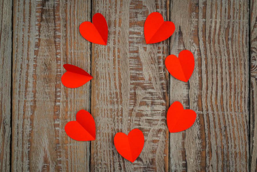 Valentijnsdag met hartjes de tafel versieren - 10 valentijnsdag ideeën voor als je al langer bij elkaar bent - AllinMam.com