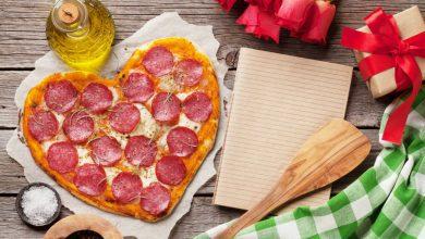 Valentijnsdag pizza in vorm van hart - 10 valentijnsdag ideeën voor als je al langer bij elkaar bent - AllinMam.com