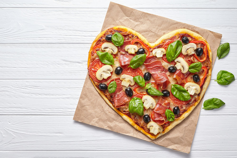 Valentijnsdag pizzabodem in vorm van een hart - 10 valentijnsdag ideeën voor als je al langer bij elkaar bent - AllinMam.com