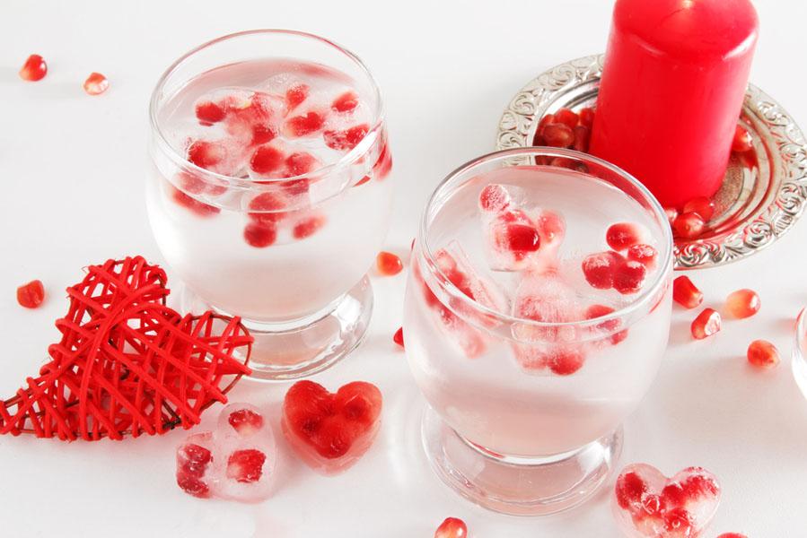 Valentijsdag ijsblokjes in vorm van hartje met granaatappelpitjes - 10 valentijnsdag ideeën voor als je al langer bij elkaar bent - AllinMam.com