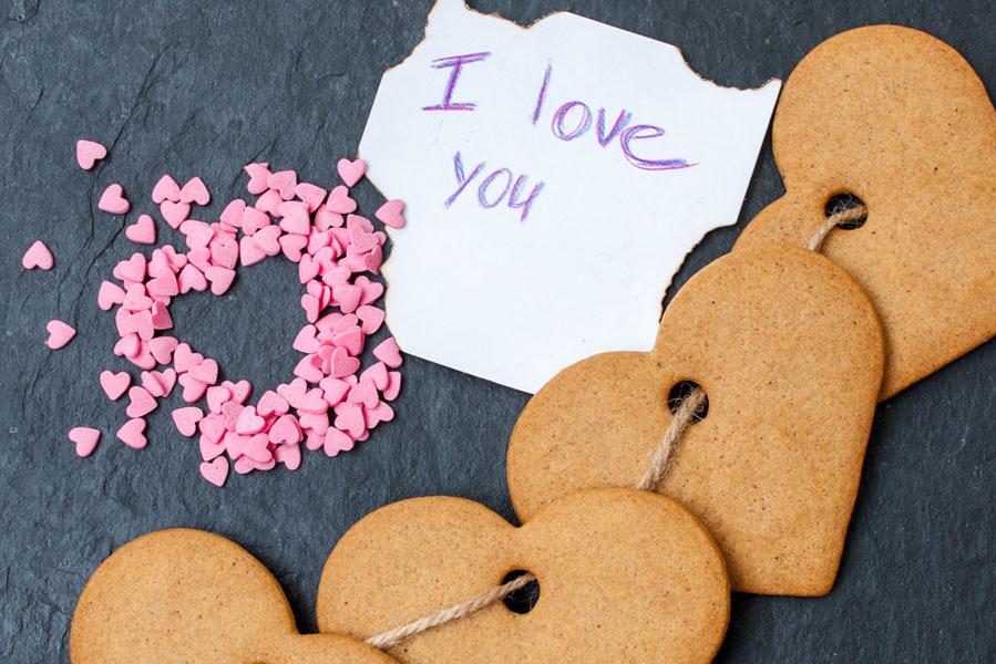 Hartjes koekjes maken en aan een slinger rijgen - AllinMam.com