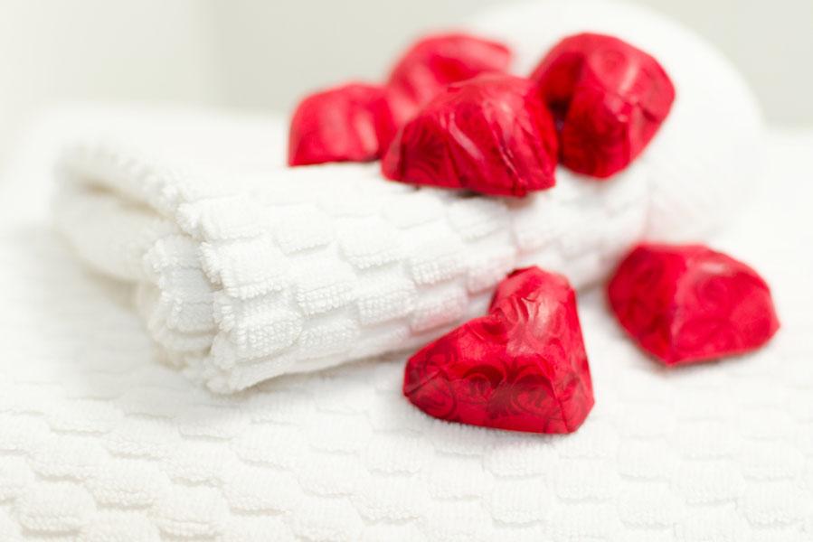hartjes verstoppen op Valentijnsdag - 10 valentijnsdag ideeën voor als je al langer bij elkaar bent - AllinMam.com