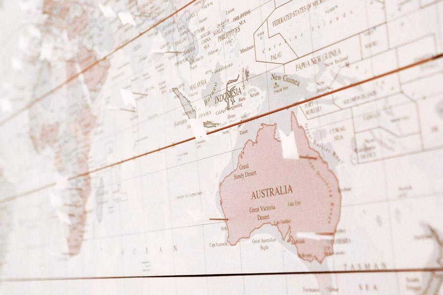 Een houten wereldkaart op de muur - AllinMam.com