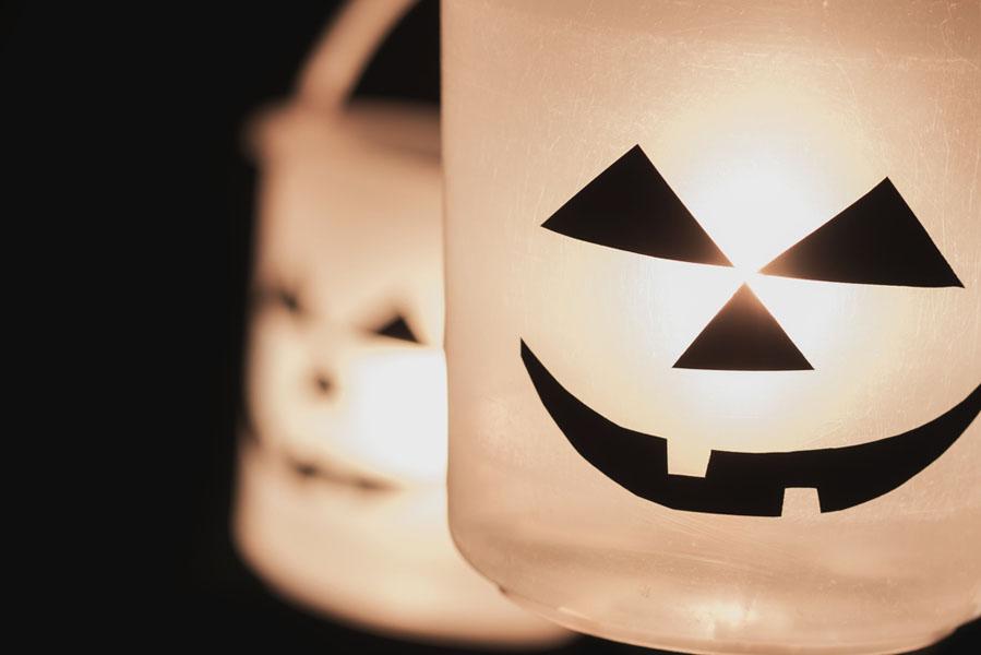 Halloween emmertjes met licht - 15 Halloween ideeën voor in huis - AllinMam.com