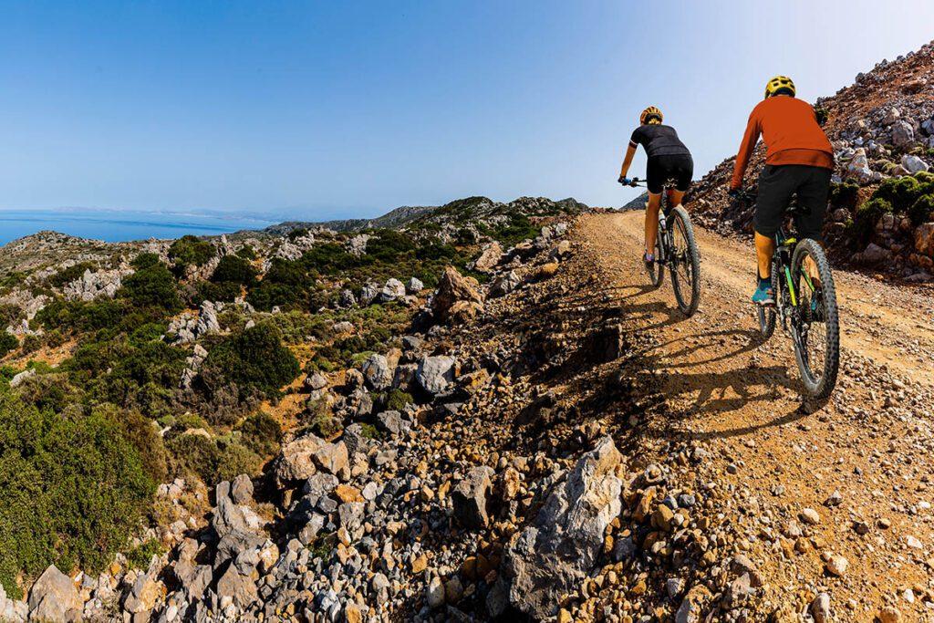 Mountainbiken op Kreta - 5 outdoor activiteiten die je op vakantie op Kreta gedaan moet hebben - AllinMam.com