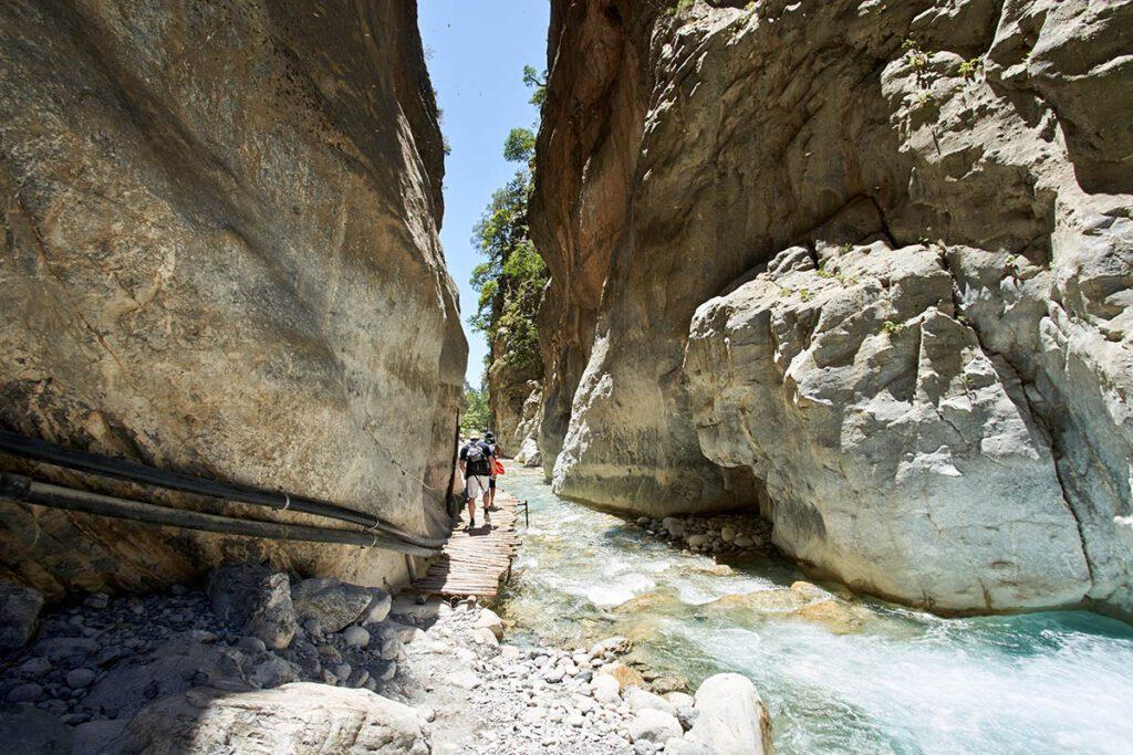 Hike Samaria kloof - 5 outdoor activiteiten die je op vakantie op Kreta gedaan moet hebben - AllinMam.com